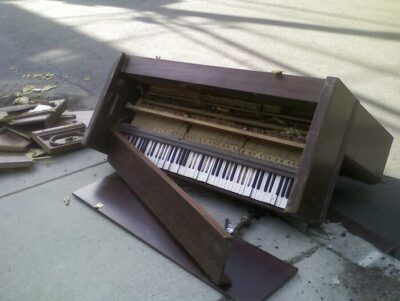 A Broken Piano © https://www.flickr.com/photos/miserlou/2781640567/